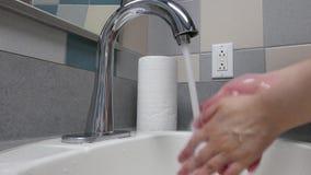 Mouvement des mains de lavage de femme dans une salle de toilette publique banque de vidéos