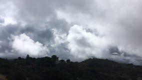 Mouvement des masses d'air dans les montagnes de la Californie Nuages et cumulus banque de vidéos