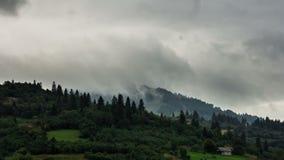 Mouvement des nuages au-dessus des montagnes, ombres des nuages sur les montagnes clips vidéos