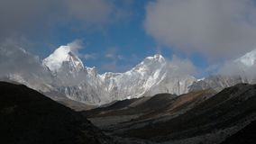 Mouvement des nuages dans la perspective des montagnes de l'Himalaya banque de vidéos