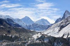 Mouvement des nuages sur les montagnes Everest, passage de Renjo il Images stock