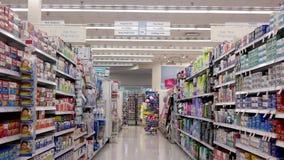Mouvement des personnes regardant la médecine la section de pharmacie