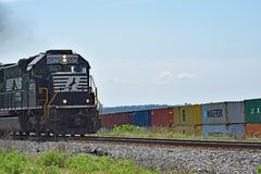 Mouvement du sud de locomotives de la Norfolk occidental image stock