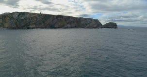 Mouvement en avant dans une vue aérienne près de la mer obtenant plus près du littoral avec beaucoup de falaises clips vidéos
