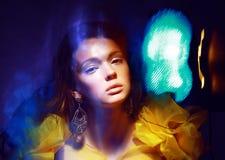 Mouvement. Femme stylisée dans les lumières abstraites rayonnantes. Illusion Image stock