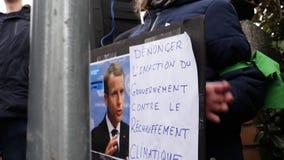 Mouvement global vendredi pour le futur gouvernement de plaquettes de protestataires de police banque de vidéos
