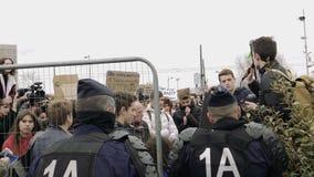 Mouvement global vendredi pour le futur gouvernement de plaquettes de protestataires de police clips vidéos