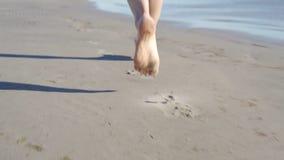 MOUVEMENT LENT : , ANGLE FAIBLE, FIN, femme m?connaissable de DOF courant dans le soleil chaud d'?t? le long du rivage Fille inso clips vidéos