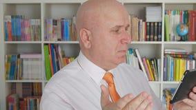 Mouvement lent avec l'homme d'affaires Reading Bad News sur faire des gestes de téléphone portable nerveux banque de vidéos