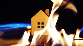 Mouvement lent d'incendiaire mettant à feu l'essence autour d'un concept de maison de la sécurité et de l'assurance de maison banque de vidéos
