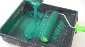 Mouvement lent de beaut? réparation de l'appartement - plan rapproché vert de roulement de conteneur de peinture de rouleau de pe banque de vidéos