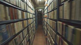 Mouvement lent de caméra entre deux étagères d'archives remplies de dossiers banque de vidéos
