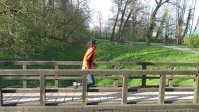 Mouvement lent de coureur croisant un pont en parc clips vidéos