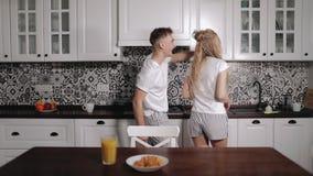 Mouvement lent de danser de jeunes couples dans la cuisine clips vidéos