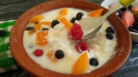 Mouvement lent de fromage de yaourt de framboise de fraise de cuillère saine gastronome de myrtille banque de vidéos