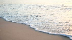 Mouvement lent de la belle mousse de ressac lavant la plage sablonneuse blanche lisse banque de vidéos