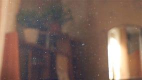 Mouvement lent de la poussière dans le ciel Belle lumière de la fenêtre Plan rapproché banque de vidéos