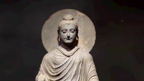 Mouvement lent de sculpture en Bouddha sur un fond noir banque de vidéos