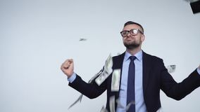Mouvement lent des dollars tombant sur l'homme formellement habillé banque de vidéos
