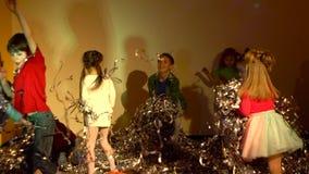 Mouvement lent des enfants de danse jetant la tresse argent?e brillante clips vidéos