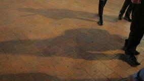 Mouvement lent des jambes de piétons la nuit sur la rue Londres d'Oxford clips vidéos