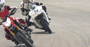 Mouvement lent des motos de sport à la grande vitesse pendant une course banque de vidéos