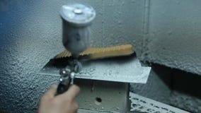 Mouvement lent des semelles de peinture des chaussures Travail fait main clips vidéos