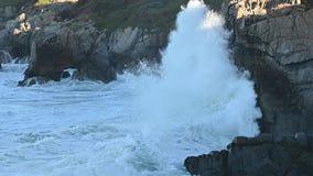 Mouvement lent des vagues se brisant dans Rocky California Coast banque de vidéos
