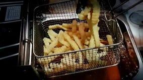 Mouvement lent du mouvement de cornflakesSlow de lait et de chocolat de cacao des pommes frites faisant frire dans le restaurant banque de vidéos