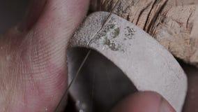 Mouvement lent et macro plan rapproché Machine de bijoux d'utilisation professionnelle d'artisan ou scie à métaux denteuse manuel clips vidéos