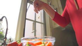 Mouvement lent faisant une salade et ajoutant le fromage banque de vidéos