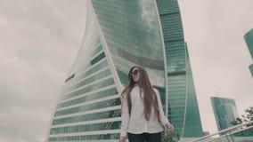 Mouvement lent Jeune belle fille Femme d'affaires marchant pour travailler au centre d'affaires banque de vidéos