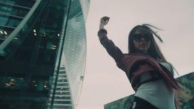 Mouvement lent Jeune fille sexy avec de longs cheveux dans la ville Swordbelt clips vidéos