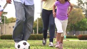 Mouvement lent tiré de la famille hispanique jouant le football ensemble clips vidéos