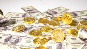 Mouvement lent tombant sur des pièces de monnaie des dollars faites comme devise banque de vidéos