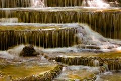 Mouvement profond de courant de cascade de forêt photographie stock libre de droits