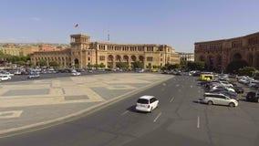 Mouvement quotidien des voitures sur la place de République d'Erevan, Arménie, vue de gouvernement banque de vidéos