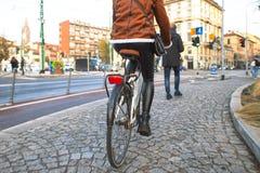 Mouvements de femme en la bicyclette sur les trottoirs de la ville photos stock