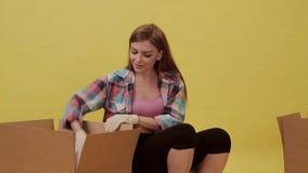 Mouvements de fille et choses de paquet et pot de fleur banque de vidéos