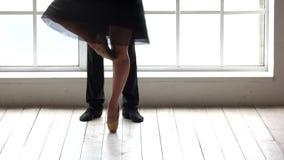 Mouvements de pratique de danse de ballerine habile avec l'associé banque de vidéos