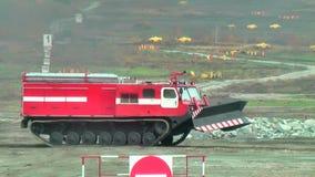 Mouvements directs du véhicule MPT-521 de suppression des incendies banque de vidéos