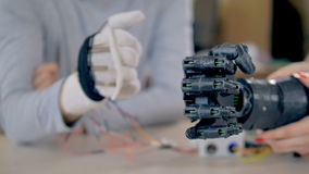 Mouvements précis de bras bionique répétant des mouvements d'un vrai bras 4K