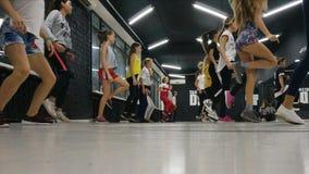 Mouvements rapides des pieds de personnes dansant dans le gymnase image stock