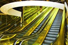 Mova a escada rolante no centro moderno do escritório Imagem de Stock