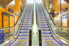 Mova a escada rolante no escritório moderno Fotografia de Stock Royalty Free