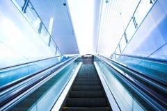 Mova a escada rolante no escritório moderno imagens de stock