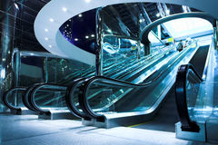Mova a escada rolante no escritório moderno Imagens de Stock Royalty Free