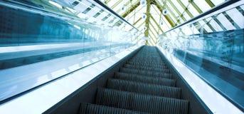 Mova a escada rolante no escritório moderno Fotografia de Stock
