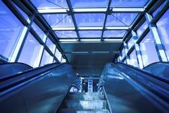 Mova a escada rolante no escritório moderno Fotos de Stock