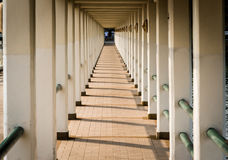 Mova o corredor, as muitas colunas e as sombras na tarde tailândia imagens de stock royalty free